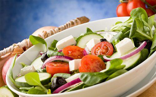 Греческий салат: классический рецепт и вариации с фетаксой, брынзой, курицей, креветками, сухариками отзывы