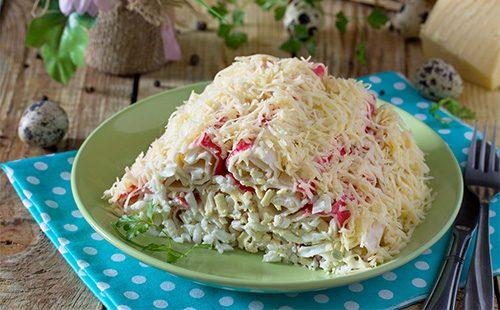 Слоеный салат из крабовых палочек