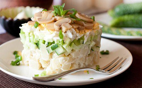 Грибной салат в тарелке