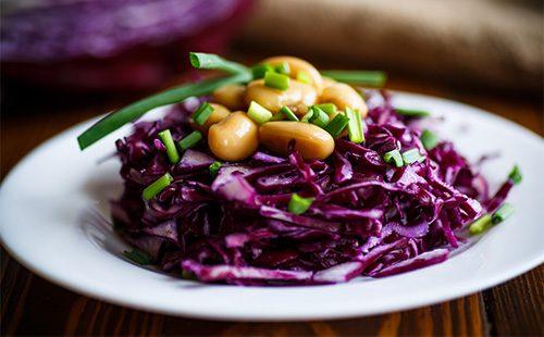 Салат из краснокачанной капусты и фасоли