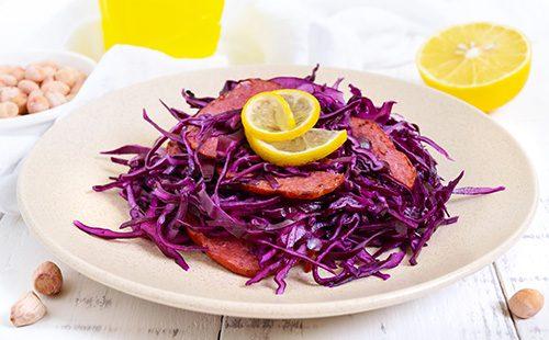 Салат из красной капусты и колбасы