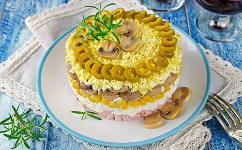 Красивый слоеный салат на тарелке