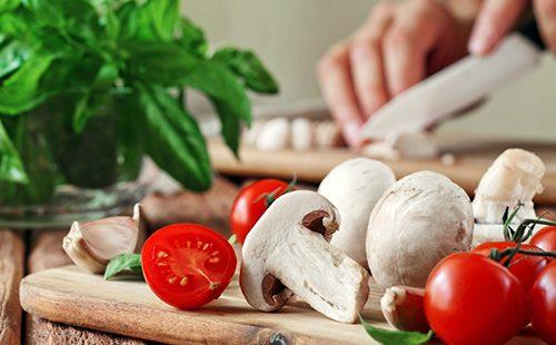 Шампиньоны и помидорки черри для салата