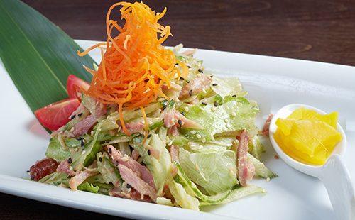 Японский салат с копченой курицей