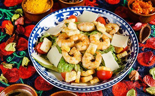 Салат с креветками, овощами и сыром
