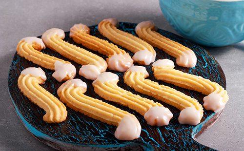 песочное печенье на подносе