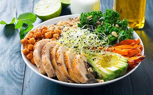 Салат с мясом, овощами и пророщенными ростками