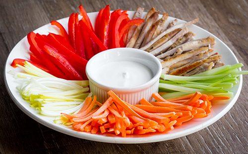 Овощи, нарезанные соломкой с соусом
