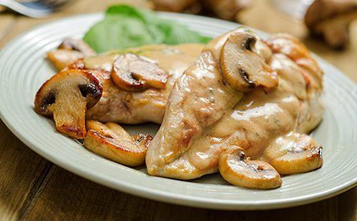 Сметанный соус с мясом и грибами