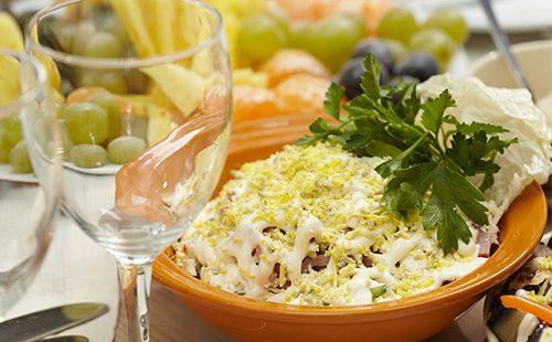 Салат с копченой колбасой, сыром и грибами