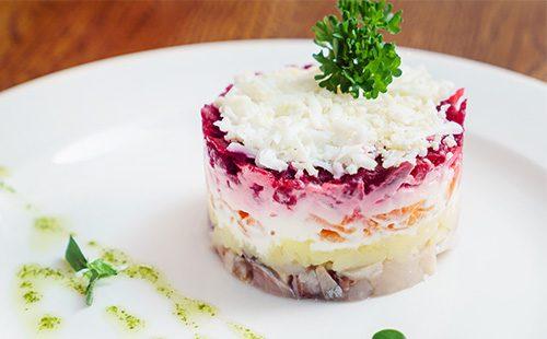 Красивый слоеный салат с сельдью
