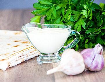 Salsa Shawarma: una receta clásica de kéfir y yogur sin mayonesa, variantes con pepino, champiñones, arándanos rojos, aceitunas y nueces.