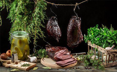 Куски вяленого мяса лежит