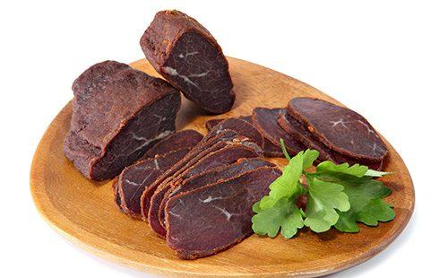 Вяленое мясо на доске