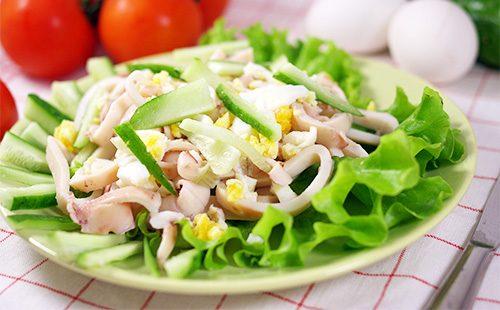 Красивый салат с кальмарами